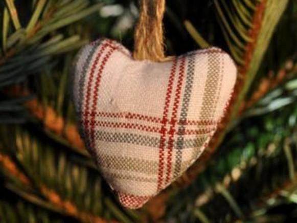Weihnachtsbaumherz mit grünen und roten Streifen von Artefina