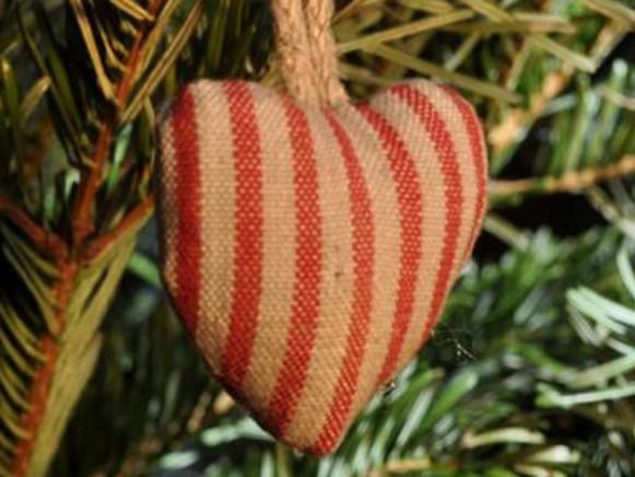 Weihnachtsbaumherz mit roten Nadelstreifen von Artefina