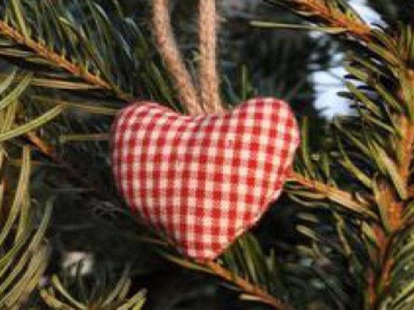 Weihnachtsbaumherz mit kleinen roten Karos von Artefina