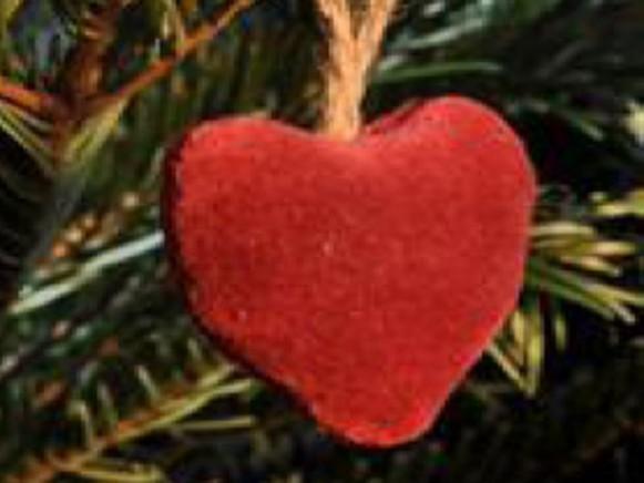 Weihnachtsbaumherz aus rotem Samt von Artefina Design