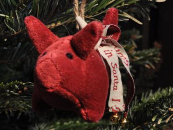 Weihnachtsbaumschwein aus rotem Samt von Artefina Design