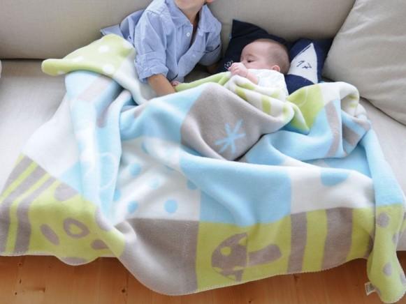 Karierte Babydecke in pazifik mit Pilzen von David Fussenegger