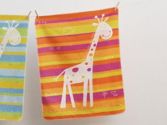 Baby- / Kinderdecke mit Giraffe (pink) von David Fussenegger