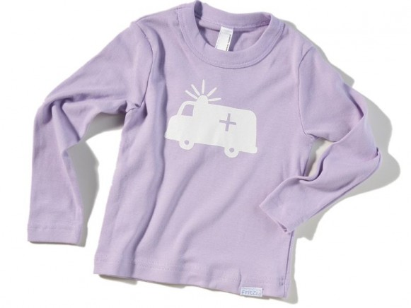 Lavendelfarbenes Kinder-Shirt Notarztwagen von Fritzi Shirt