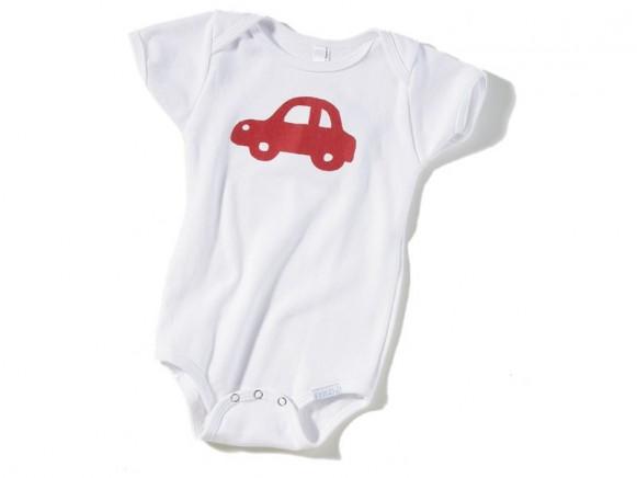 Weißer Babybody / Strampler mit rotem Auto von Fritzi Shirt