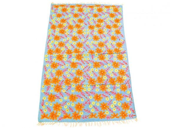 Türkisfarbener Teppich mit Blumenstickereien von RICE