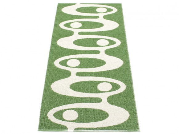 Plastic rug Alve in green by Pappelina