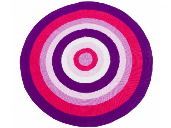 Round crochet carpet in purple-red by Sebra